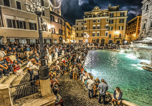 La fuente de Trevi atestada de turistas. Foto CC:  Pxfuel.com