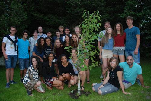 Die Jugendlichen aus Buxtehude und aus Ramad Hasharon (Israel) haben als Symbol für den Frieden gemeinsam einen Kirschbaum im Garten des Freizeithauses gepflanzt. Foto Felsch