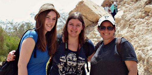 Beim Ausflug in Israel: Anna Bundt aus Neukloster (Mitte) mit ihren Freundinnen Friederike Cord (links) und Michal Rusin (Migvanim).