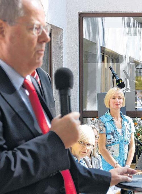 Während SPD-Kanzlerkandidat Peer Steinbrück bei seinem Besuch im ASZ Kannenstieg Bürgerfragen beantwortet, verfolgt Leiterin Steffi Albers die Debatte angespannt im Hintergrund.