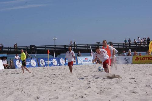 Jungtalent Chris Schlehe hatte sichtlich Spaß im Sand, schloss aus jeder Lage ab und war erfolg- reichster Timmerhorner Torschütze bei der Beach-Soccer-Premiere des SVTB beim  Turnier in Scharbeutz