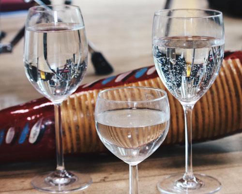 """Diese Gläser wurden nicht zum Trinken, sondern als Instrumente eingesetzt. Von den Schlagwerkern in Schwingung versetzt, erzeugten sie sphärische Klänge für das Stück """"Alpina Saga"""" (Bildrechte: Köstlmaier)"""