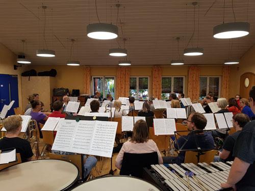 Da das Orchester inzwischen gewachsen ist, war der große Saal des Jugendhauses mit den Musikern und dem Instrumentarium gut ausgefüllt (Bildrechte: MBO)