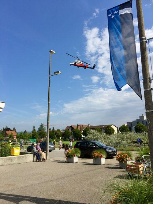 Helikopter von Roten im Flecken, fotografiert und auf Video festgehalten vom Lovey Wymann
