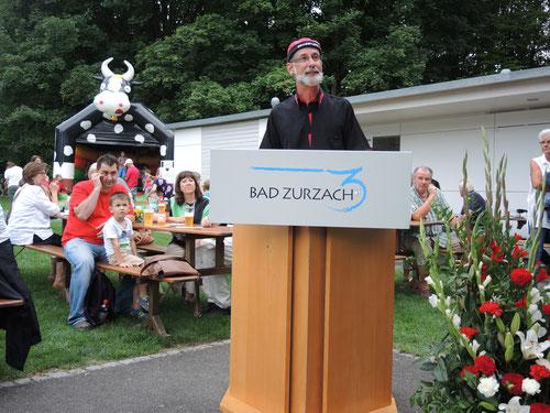 Stimmungsbild mit Gemeindeamman im Sennenkäppi, im Hintergrund Hüpfburg mit Kuhkopf