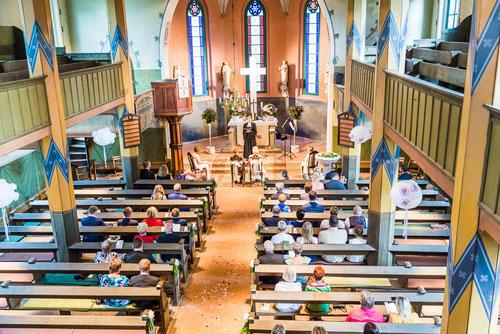 Kirchliche Trauung in Cumlusoen. Heiraten in der Kirche. Hochzeitsfotograf aus Wittenberge mit Fotostudio.