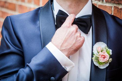Heiraten im Standesamt Perleberg. Bräutigam an der Stadtmauer. Hochzeitsfotograf aus Wittenberge.