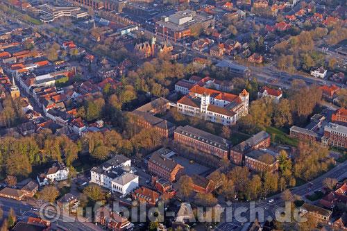 Das Auricher Schloss, Kirchturm, Rathaus und Ostfriesische Landschaft.