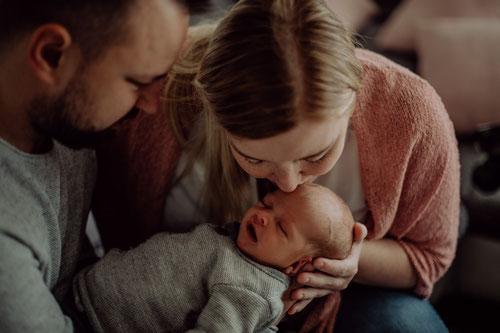 Neugeborenenbilder mit Hund / Homestory