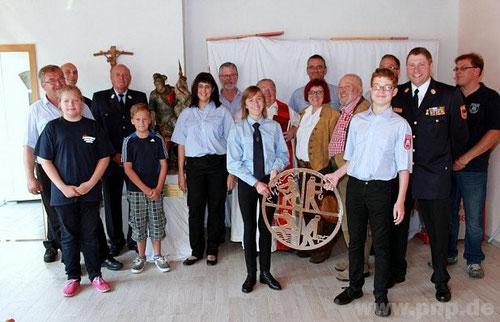 Das Symbol der Feuerwehr, gestiftet von Kreisbrandinspektor Erwin Wurzer (2.v.l.), wird künftig auf das neue Zuhause der Pankofener Jugendfeuerwehr hinweisen. −Foto: Bachmeier