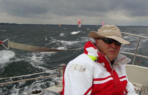 Michael Langhans/ Strolch auf der Rückregatta der Welcome Race/ Kieler Woche 2013; Konkurrenz im Hintergrund - Foto: Maja Wiegemann