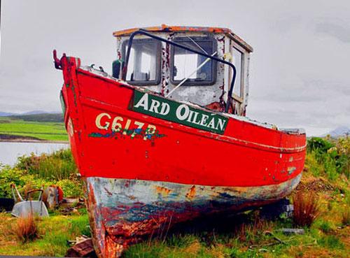 wohltuender Farbtupfer dazwischen - ein ausgemustertes Fischerboot