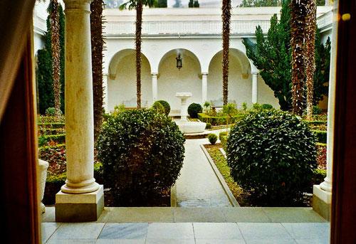 in dem, im Stil des Früh-Renaissance gestalteten Innenhof, erholte man sich in Gesprächs-Pausen