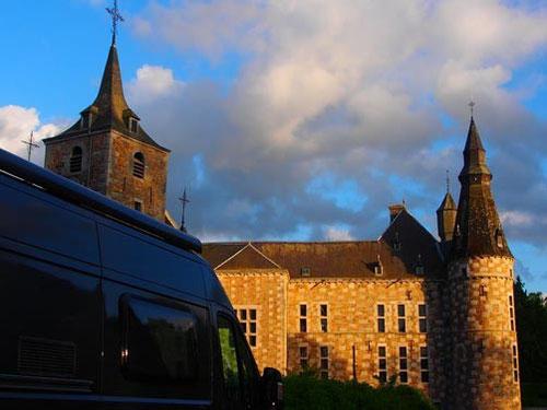 """wir standen allein vor dem gerade renovierten Wasserschloss """"Chateau de Jehay"""" aus dem 16. Jharhundert"""