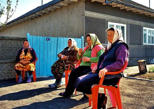 russische Frauen sassen zum Plausch auf der Strasse