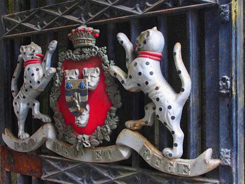 das Adels-Wappen am Eingangstor