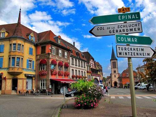 die kleine Stadt Münster am Fuß der Vogesen