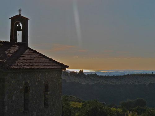 Berg-Kapelle mit Blick auf das Meer