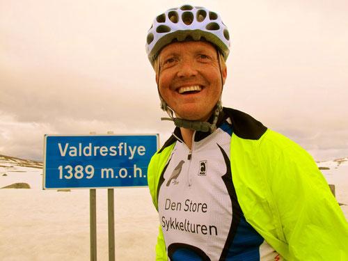 wetterfeste Rennradler glücklich auf der Paßhöhe angekommen