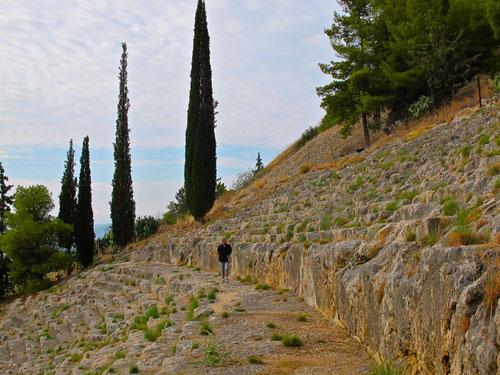 Ruine des römischen Amphitheaters in Agros - die steilen Sitzreihen direkt in den Fels gehauen