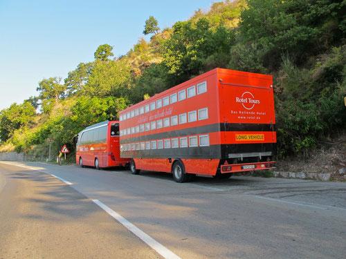"""die grell-roten Busse der """"Niederbayern"""" - immer an den schönsten Plätzen unterwegs"""
