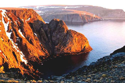 die Felsen in der Bucht färbten sich rostbraun