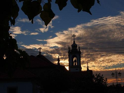 alte Kirche im Abendlicht direkt vor unserem Abend-Stellplatz