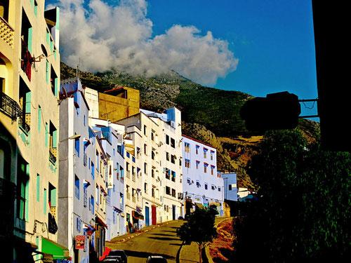 die steil ansteigende Dorfstrasse von Neria