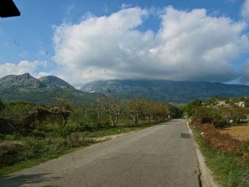 die Strasse nach Albanien, vorbei an den Bergen am Skodaer-See