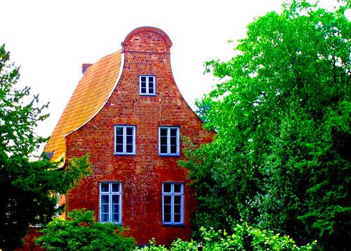 einfaches Haus mit einer Barock-Ziegel-Fassade