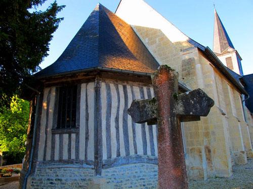 uralte Apsis an der Rückseite einer einfachen Dorfkirche