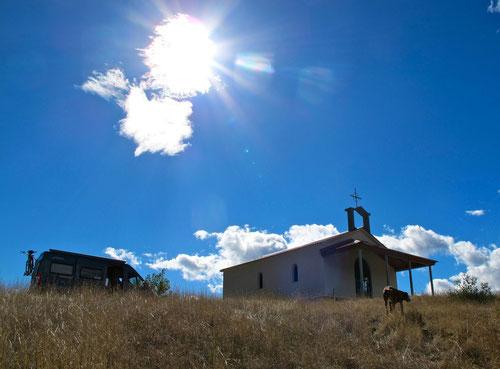 Kapelle im Gegenlicht