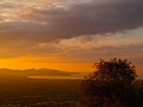die Sonne hatte den Himmel bereits gerötet - unser Blick ging hinüber in die Bucht von Nauplion