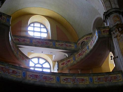 die gewundenen Emporen in der Frauenkirche