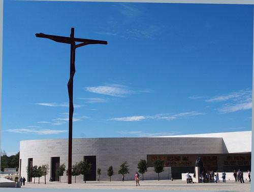 die gewaltige moderne Gebetshalle für über 7.000 Gläubige