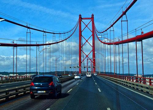 die berühmte rote Hängebrücke über den Tejo