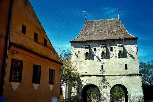 das unrenovierte Stadttor von Hermannstadt (Sibiu)