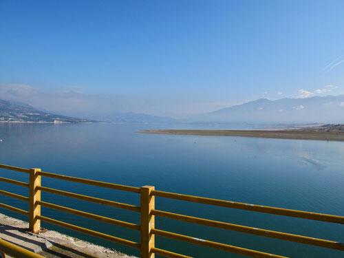 Brücke über den breiten Allakmon-Fluss