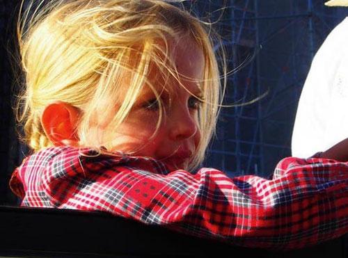 hoch auf dem Wagen, beobachtete dieses kleine Mädchen, das Treiben ganz genau