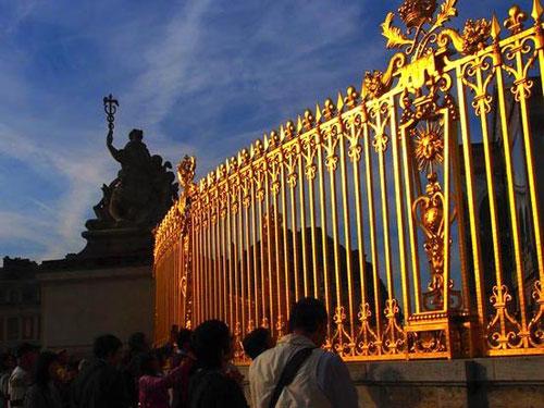das goldene Eingangs-Portal vor dem täglich Besucher aus der ganzen Welt warten