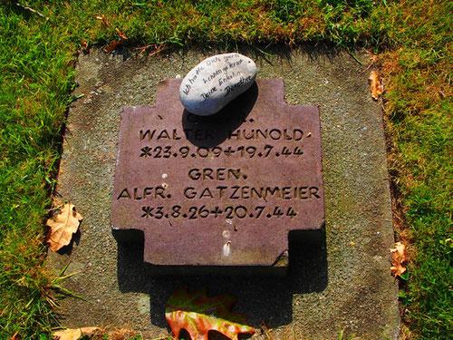 eine Grabplatte als Zweisprache zwischen Opa und Enkelin
