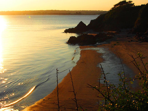 am Strand - eine leise Abend-Dünung und goldenes Licht über dem Meer