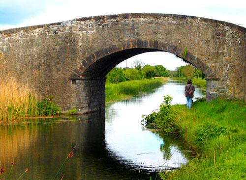 kurze Rast an einer alten Brücke  - Spaziergang an einem kleinen Fluss