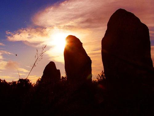 Sonnenaufgang in den Grab-Steinreihen von Carnac - an der westlichen Atlantikküste