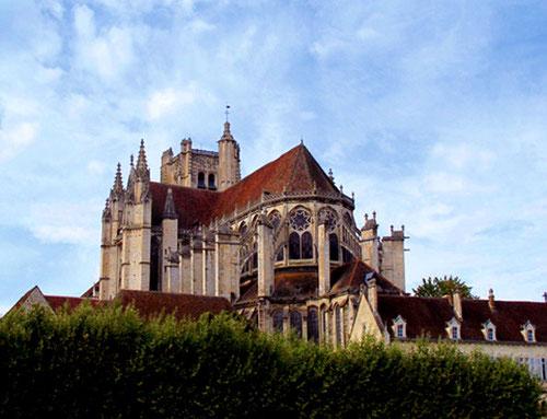 Kathedrale Saint Étienne - begonnen 1215 - Hauptwerk der burgundischen Gotik