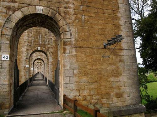 50 mächtigen Pfeiler aus Naturstein stützen den Viaduc