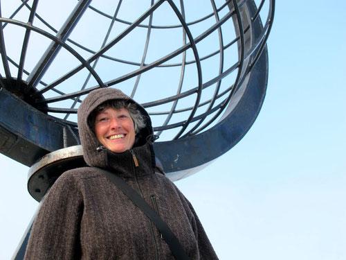 Hanni vor der Weltkugel am Nordkap