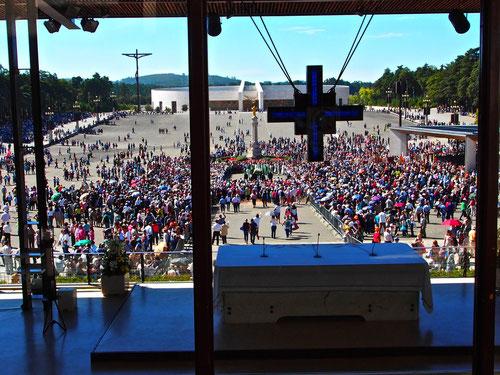 es öffnete sich das Tor zum grossen Versammlungsplatz