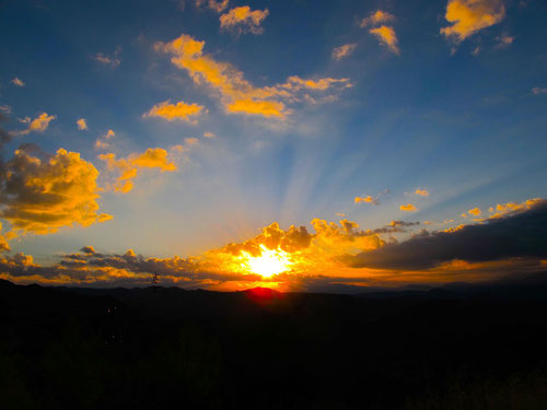 hellleuchtender Sonnenaufgang über Olympia