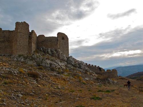 einmalig die Lage dieser Akropole - mit einem Blick weit ins Meer hinaus
